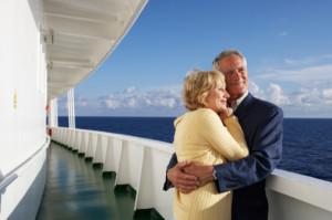couple de seniors en voyage sur un bateau